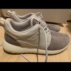 Nike roshe sneakers grey size 7.5 women's